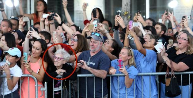 Señora mira mientras todos sacan foto