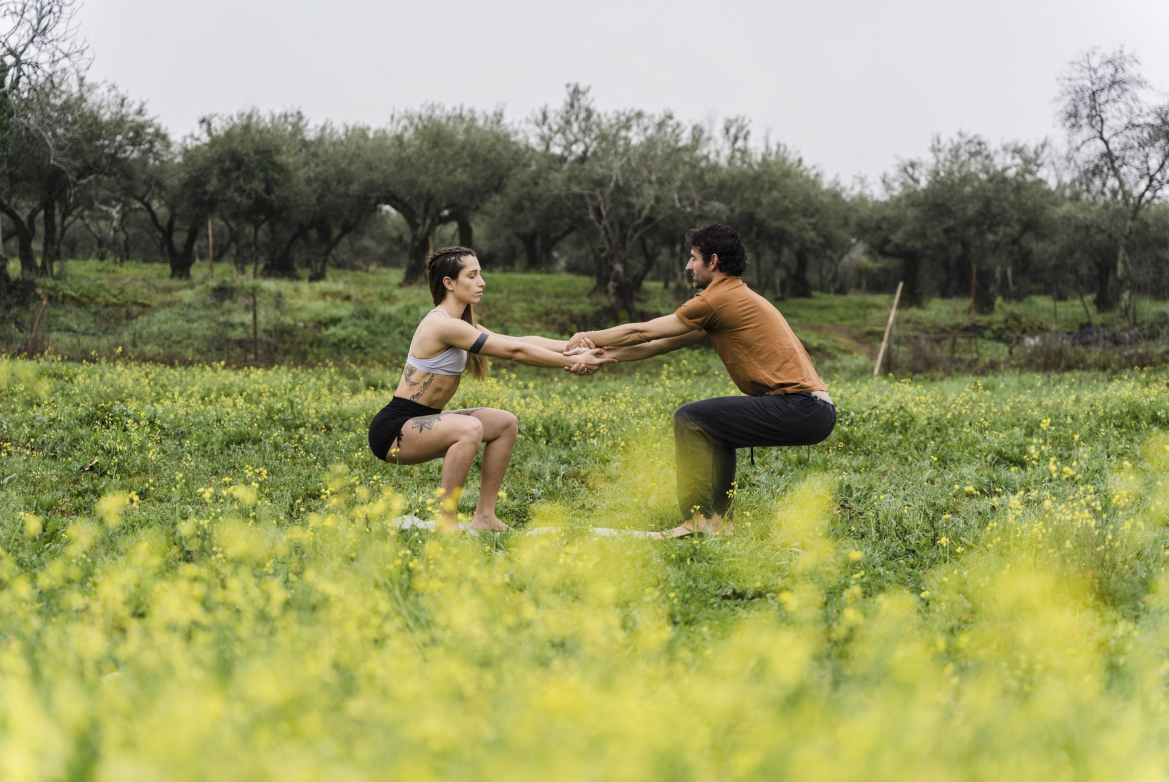 Pareja haciendo yoga en un retiro en España