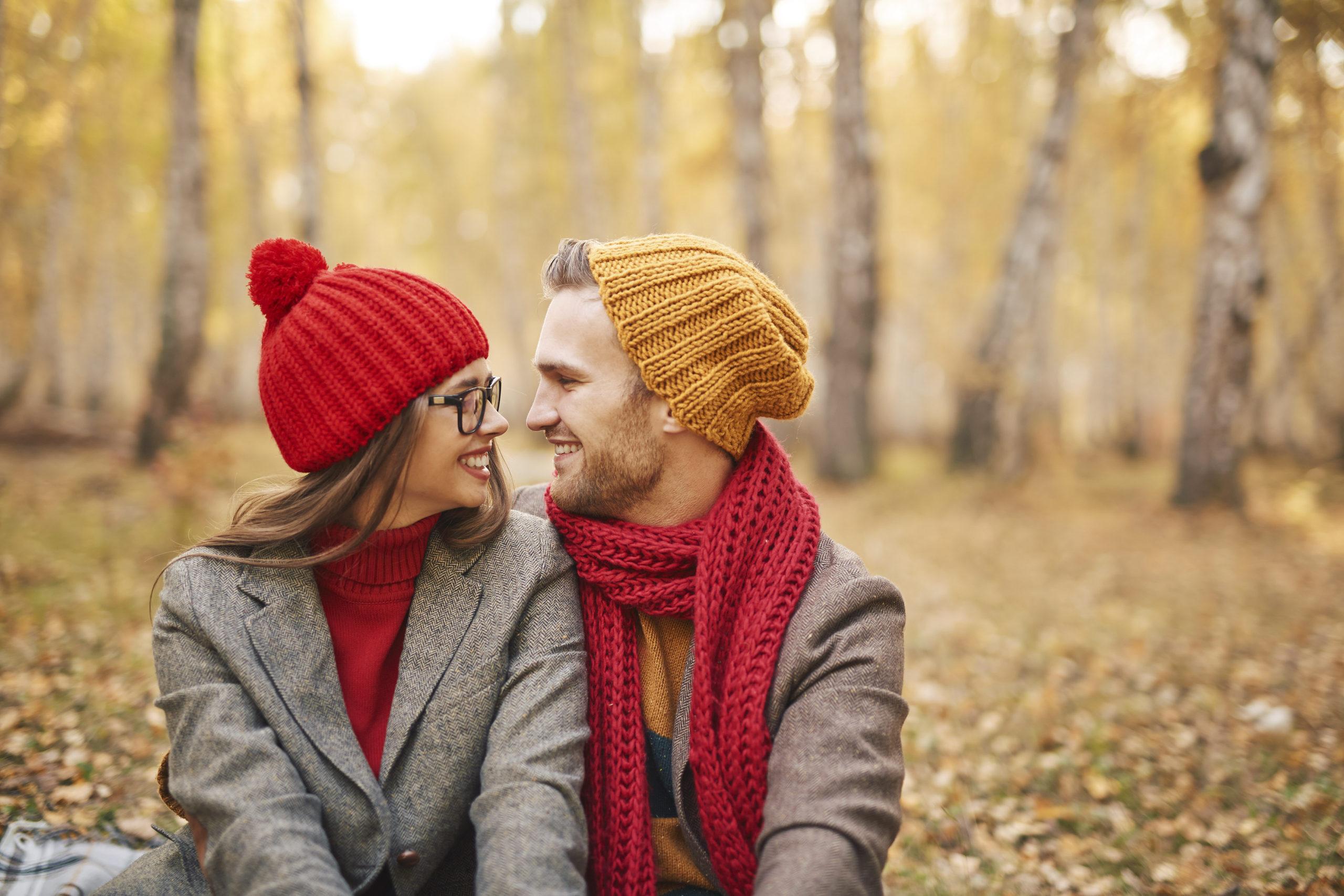 Compartir nuestras emociones y pasar buenos ratos nos hará sentir mejor en otoño